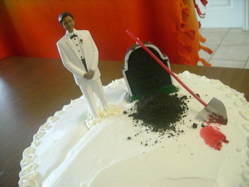 Groom digs bride's grave divorce cake | riotdaily.com