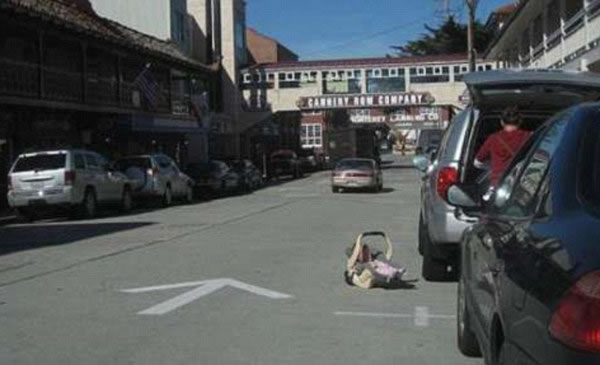WTF-Mom-Fails13- baby in street-bad mother-parenting fail