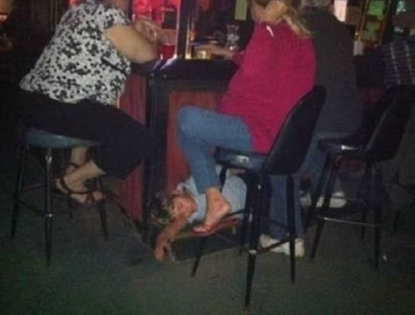 WTF-Mom-Fails15- kid asleep on bar parenting mother bad fail