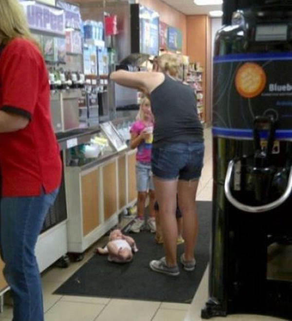 WTF-Mom-Fails3-Baby floor Bad parenting mother of the year fail